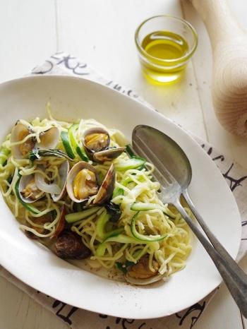 焼きそばの麺を使っているのに、まるで本格的なパスタのよう。アサリの風味もしっかりと感じられ、野菜もたっぷりとれるレシピです。