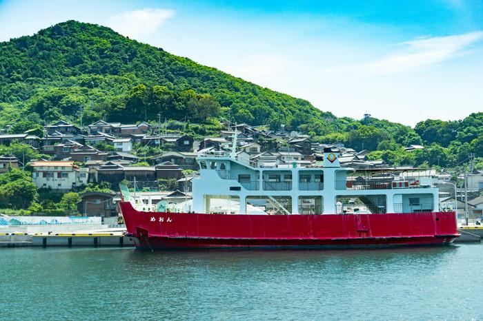 男木島のフェリーターミナルがある男木港と島の斜面に連なる民家。
