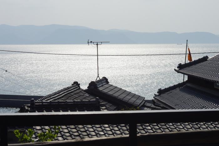 入り組むように立ち並ぶ民家の瓦屋根ごしに見えるのは、心和む瀬戸内の穏やかな海。