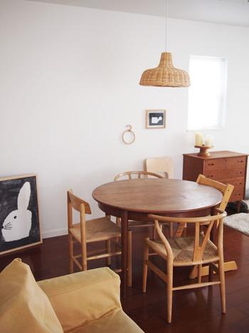 テーブルやソファの位置が変わるだけで空間が生まれてすっきりした印象に。また、光を取り入れ明るさが増し、壁面にも物がなくなったのでさらに広く感じられますね。