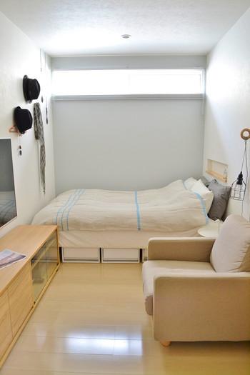 ラグを取り除いただけで床が広く感じられますね。さらに、ベッドカバーのブルーのラインが奥行きを感じさせてくれます。もしもベッドカバーがストライプだったら、もっと狭く感じられていたでしょう。このように柄の視覚効果を狙うのもアリですね。