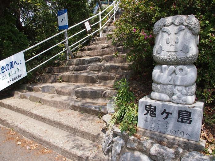 女木島は「鬼ヶ島」とも呼ばれ、古くから親しまれてきた島。緑豊かな山道を登って行きます。