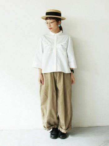 カンカン帽に丸みのあるシューズをあわせて、少女のような印象に。あえて裾をロールアップするのがポイント。