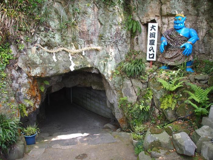 女木島の中央には「鬼ヶ島大洞窟」があります。