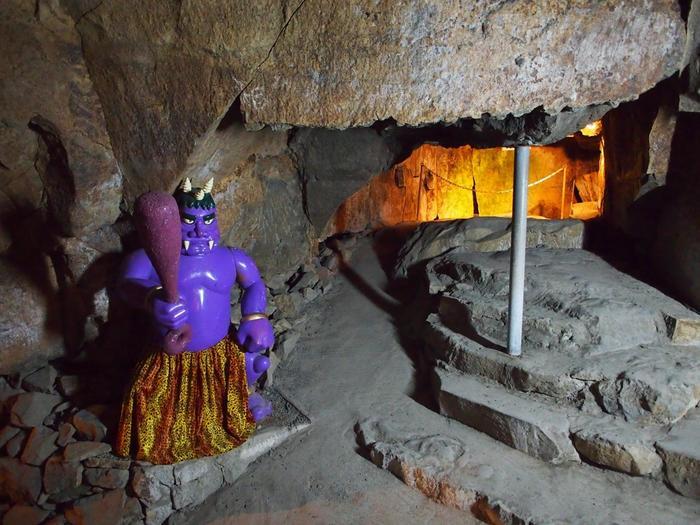 鬼が住んでいたとされる洞窟は実に巨大。入り組んだ洞窟内は夏でも涼しく、各所に鬼の人形が展示されています。 この洞窟は大正時代に発見され、昭和初期に公開されました。