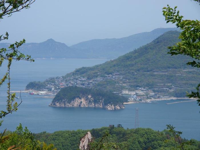 桜の名所である鷲ヶ峰展望台からは、男木島や直島、小豆島など、瀬戸内海の島々も眺められます。