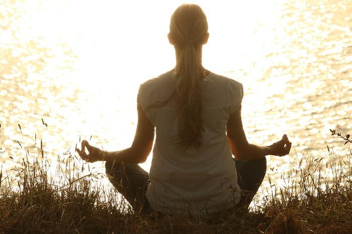 ●背筋をのばし、あぐらをかいて座ります(椅子に座った状態でもOK) ●目をとじ、リラックスします ●鼻からゆっくりと息を吸い込み、約7秒間息を止め、このときに体全体に吸った息が行き渡るようにイメージします ●口から細く長く「息を吐ききるイメージで」息を吐きます これを約3〜5分繰り返します。  『今、行っている呼吸に意識を集中すること』がポイントですが、考え事にとらわれてしまう状態でも良しとしましょう。 しなやかなこころを手に入れるために行動している自分を認めてあげることが大切。