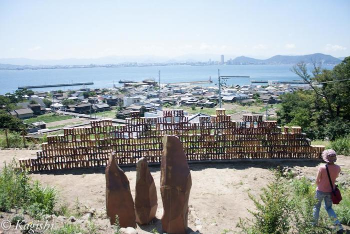 杉浦康益の「段々の風」。積み重なるのは、陶器製のブロック。女木島の集落と海の風景に溶け込むように設置されています。