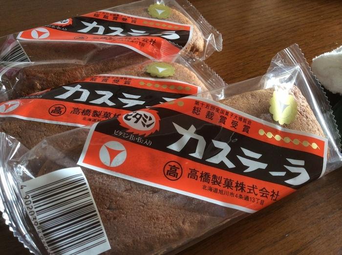 北海道のソウルフード「ビタミンカステーラ」。 製造するのは、創業大正6年の老舗の製菓店「高橋製菓」で、この愛らしいパッケージは昭和30年代から採用されたものです。