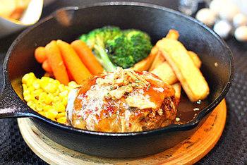 スキレットでつくるハンバーグはふっくらジューシーで、一度食べたらやみつきに!お野菜も一緒に盛り付けて、そのまま食卓へ…熱々を召し上がれ♪