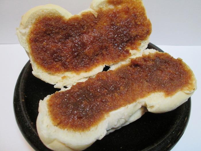 「みそぱん」は、粉の旨味が伝わるコッペパンに、優しい甘味の特製の味噌だれが挟んであります。地元群馬産の製粉100%使用したパンは、他の菓子パンとは一線を画す味わい。