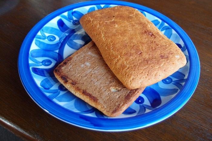 """「パン」と名が付くものの、和風ビスケット、味噌風味のボウロといった味わいです。  """"味噌パン""""は江戸末期に全国で作られた軍隊用の保存食で、現在はここ松本地方にだけ残っています。ほんのりとした生地の甘味と味噌の香りが癖になる味わい。信州土産にオススメ。"""
