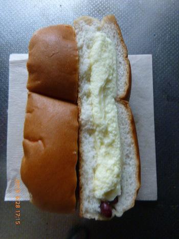 シライシパンで忘れてならないのは「豆パンロール」。 パン生地には金時豆の甘納豆がたっぷり。中にはマーガリンが入っています。マーガリンのコクと豆の甘味、コッペパンの食味が実にウンマイ!