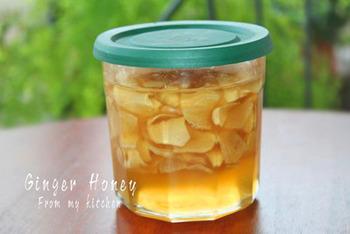 体にいい生姜とはちみつのコラボ「生姜のはちみつ漬け」。栄養たっぷりの生姜ですが、乾燥してしまうと酸化しやすく、生姜独特の風味も失われがちなのだとか。でも、生姜をはちみつに漬け込むことによりそれを防ぐことができます。