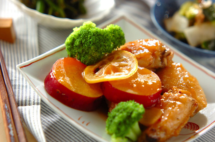 手羽先をはちみつのまろやかな甘味やピリリとした生姜の風味をきかせながら煮た、こっくり温かな煮物。生姜のはちみつ漬けを使えば、手間が省けて便利ですね。さつまいもの甘さとはちみつは、とても相性がいいようです。