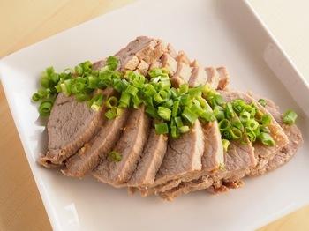 豚のかたまり肉を蒸し煮して、たれに漬け込むチャーシューです。生姜のはちみつ漬けを常備していれば、たれ作りも簡単です。手間がかかりませんが、メインディッシュになるボリューミーなおかずです。ぜひレパートリーに加えてください。