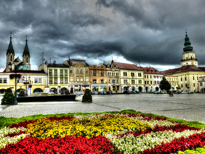パステルカラーの壁をした壮麗な家々が軒を連ねるチェコ南西部の街、クロムニェジーシュの歴史は古く、13世紀頃に司教都市として創建されたことに端を発します。。石畳の広場、花壇を彩る色とりどりの花々、広場を取り囲む可愛らしい建物が調和し、クロムニェジーシュでは絵画のように素晴らしい景色が広がっています。
