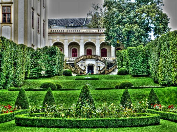 クロムニェジーシュ最大の見どころでもあるクロムニェジーシュ宮殿は、15世紀末にオロモウツ司教によって創建された邸宅です。緑あふれる美しい庭園が、バロック様式の建物の華やかさを引き立てています。