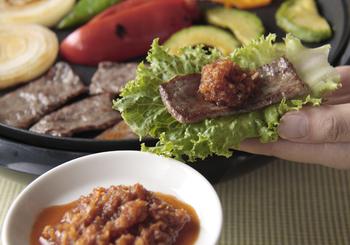 生姜のはちみつ漬けは、いろいろなお料理にも使えて便利。生姜が肉や魚の臭みを消してくれたり、砂糖よりもコクのある甘さのはちみつがいい仕事をしてくれます。生の生姜を使ったレシピも、生姜のはちみつ漬けで代用できます。