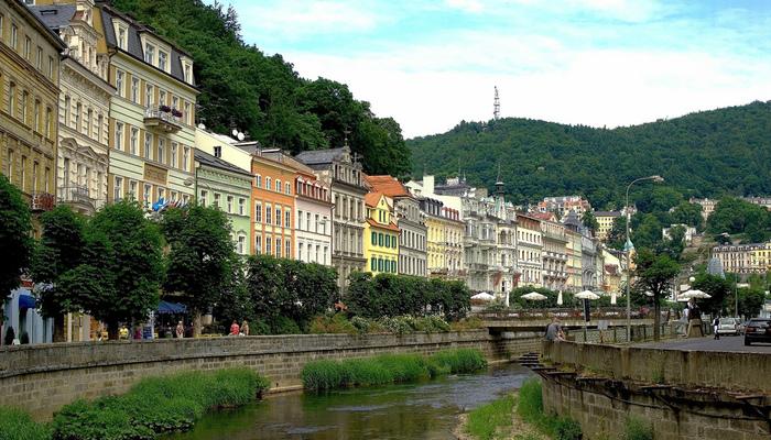 チェコ西部に位置するカルロヴィ・ヴァリは、古くから温泉保養地として広く知られています。街の中心部を悠然と流れるオフジェ川沿いに、パステルカラーの壁をした家々が軒を連ねる様は、一枚の写真のようです。