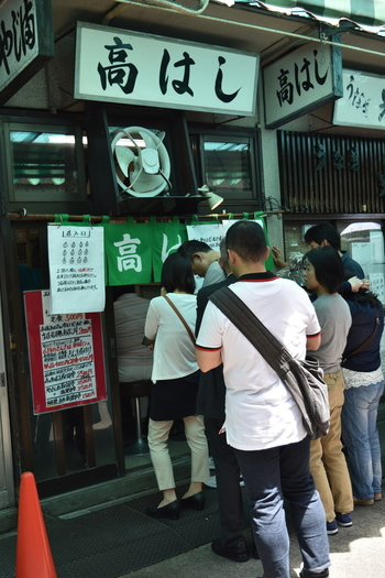 小さなお店ですがいつも店内はお客さんでいっぱい。外にも長い行列が。