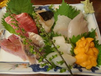 お刺身盛りは豪華に7種を少しずつ食べられます。お刺身の美味しさは市場ならではですね。