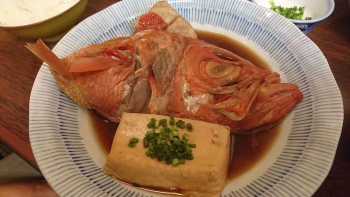金目鯛の煮付けは人気のメニューで、部位を選んで調理してもらえます。こちらはカマの煮つけ。一緒に煮た豆腐に味が染みて美味しそう!