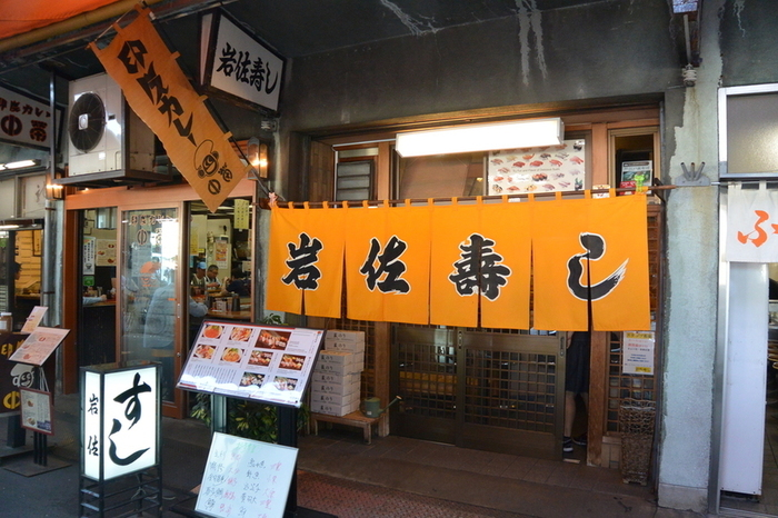 場内ならではの新鮮なネタが並ぶ「岩佐寿し」。超有名店は毎日長蛇の列ですが、こちらは知る人ぞ知る穴場的お寿司屋さんです。