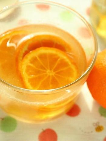 生姜を使った飲み物と言えばジンジャーエールが代表的ですが、生姜のはちみつ漬けをそのままお湯で割ったり、炭酸などで割ったり、いろいろな楽しみ方があります。