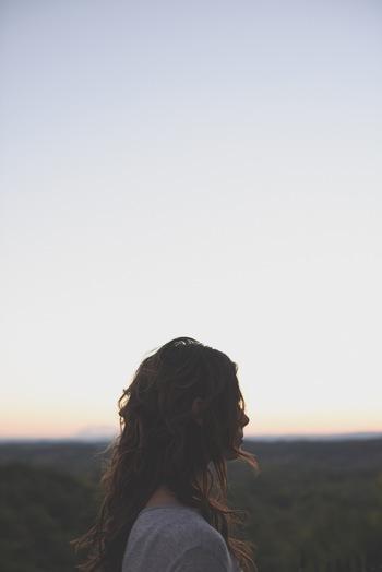 ところで、「深く呼吸をする」というのは、いざやってみると案外難しいものですね。それはたくさん空気を吸う、という事に意識が向いているからかもしれません。深呼吸は、しっかり息を吐くところから始まります。