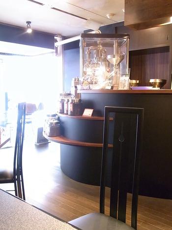 カジュアルな店構えから一転、店内は落ち着いたシックな雰囲気。コーヒーの良い香りが漂います。