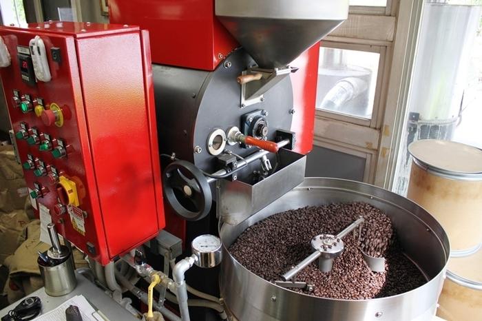 真っ赤な焙煎機はイタリア・ボローニャ産。あたりにコーヒーの芳醇な香りが漂います。