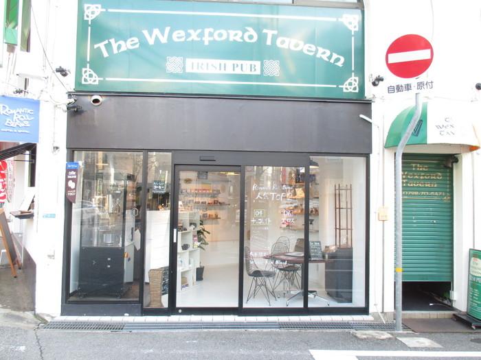 コーヒー店には珍しい、白×ブラックのおしゃれな外観のお店です。