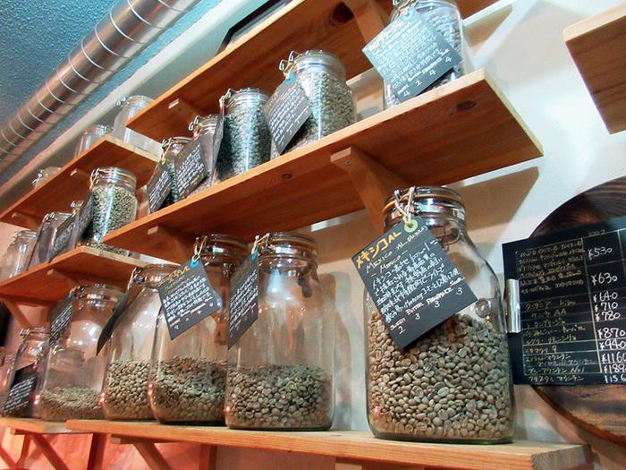 常時20種類以上の豆を取り扱われています。 たくさんありすぎて迷った時は、店主さんのこだわりブレンドがたくさんあるのでその中から好みのものをチョイスするといいですよ。