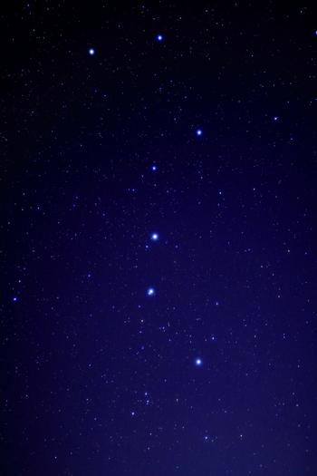 春夏の星とされている北斗七星も、実は一年中観測できます。北の空にひときわ輝く北極星を見つけることができたら、北斗七星も簡単に見つけることができます。