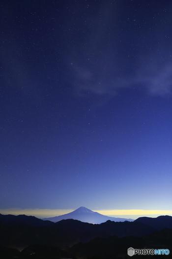 富士山の真上に輝く北斗七星。思わず息をのむような美しさですね。