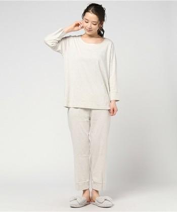 肌触りの優しいフライス生地の着心地のよいパジャマです。シンプルで飽きのこないデザインなので、長く大切な1枚になりそうですね。