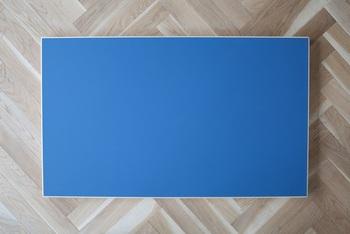 こちらは【ペトロブルー】よりも鮮やかな【ブルー】。パキッと美しい青の、経年変化が楽しみなカラーです。