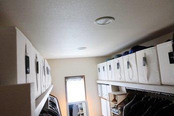 ウォークインクローゼットの上部にはイケアのSKUBBボックスを並べて。持ち手の部分にラベリングすることで、下から見上げてもわかりやすくなっています。