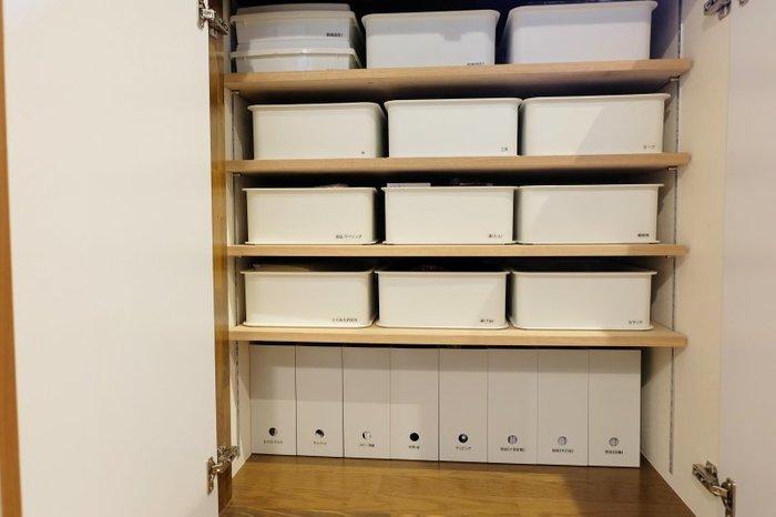 棚板の高さにぴったりと合っていて、使いやすそうですね。こちらはニトリのファインボックスというシリーズで、すでに廃盤になってしまっているそう。いかに美しく収納できるかは、収納したい場所のサイズと入れるボックスのサイズがぴったりと合うかどうかにかかっています。