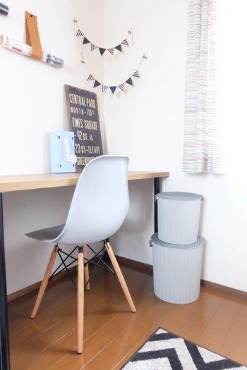 シンプルですが、洗練されたかたちなので、お部屋の中にもよく似合います。耐荷重150キロなので、椅子代わりにもなるんです。収納もできて、椅子にもなるなんて面白いですね。