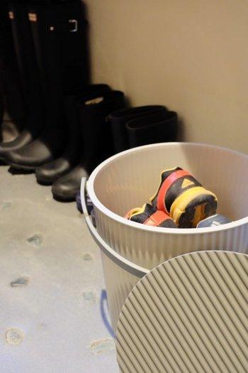 玄関先に置いて、洗いたい子供の靴などを収納しています。すぐに汚れてしまう子供の靴も忘れずに洗えますね。