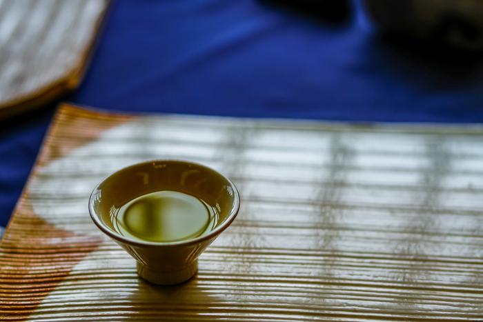 """茶寮では、福寿園の自慢の茶類、抹茶あんみつや抹茶ぜんざい等の和スイーツ、茶そば等の食事が楽しめます。 【画像は、着席すると供されるウェルカムグリーンティー。「福寿園」の茶器は、全て宇治名産の""""朝日焼です。店の1階では、茶器も販売しています。】"""
