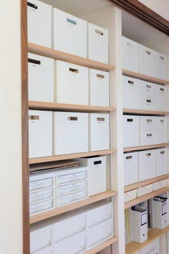 広めの場所にはファイルボックスよりも大きなボックスを使うと効率的に収納することができます。こちらはニトリのインボックスというシリーズで、リーズナブルにお揃いを作ることができますよ。