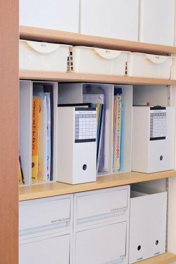 横長のファイルボックスを間に入れることで仕切りの役割をもたせています。種類の異なるものを入れたいときや収納のアクセントにしたいときにいいですね。