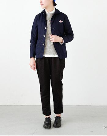 DANTON(ダントン)より、コットンダウンプルーフカバーオールジャケット。ダウンプルーフ加工を施した高密度コットンを使用したワークテイストのジャケットは、小さな丸襟やコンパクトなシルエットなど、女性らしさも盛り込んだこだわりの一枚です。ジャストなサイズ感のため、合わせる洋服を選ばず、忙しい朝など今日のコーディネートに迷うとき、これさえ羽織れば間違いナシ!