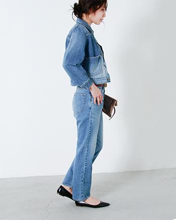 Attick by Johnbull(アティック バイ ジョンブル)のセルヴィッチデニムジャケット。ダメージ加工を加えハードな印象に仕上げられたジャケットは、コンパクトなシルエットがスマートな印象です。デニム×デニムの上級者コーデもオススメですし、ワンピースの上から羽織って、ガーリーに着こなすのもオススメです。