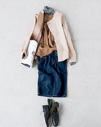 BRU NA BOINNEのレザージャケット。ライトな印象のベージュならこんなに春らしいコーディネートが楽しめます。品の良いキャメルのニットやトレンド感あるデニムタイトスカートなど、おしゃれを存分に楽しめるスタイリングです。