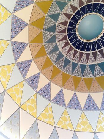 カフェで上を見上げれば、インパクトのある三角模様のドーム状天井が! 実はここに以前あったレストランの天井をそのまま活かしているのだとか。良いものは尊重して残すという発想も素敵です。