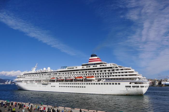優雅な船内と最上級のサービスを誇る、日本最大のクルーズ客船「飛鳥II(あすかツー)」。 飛鳥Ⅱは「洋上のオアシス」とうたわれ、クルーズシップ・オブ・ザ・イヤーを24年連続で受賞した日本を代表する豪華客船。